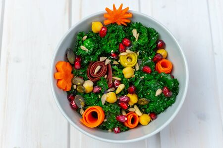 Healthy, vegan vegetable salad with calettes, pomegranate seeds, carrots, chickpeas and seeds 免版税图像