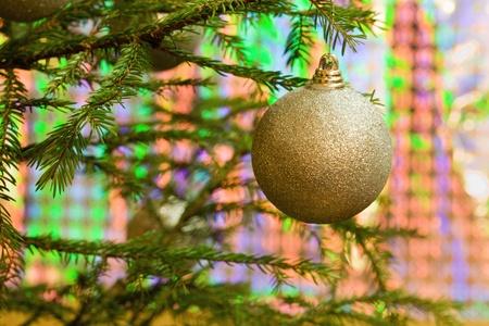 Objetos de �rboles de Navidad colgando de las ramas de los �rboles Foto de archivo