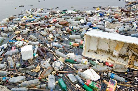 contaminacion del medio ambiente: Fotograf�a de la contaminaci�n del r�o lleno de basura que muestre el medio ambiente en que vivimos pulg