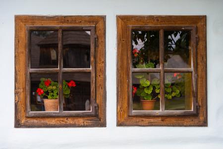Deux vieilles fenêtres en bois avec des fleurs décoration Banque d'images