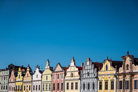 case colorate: Telc, Repubblica Ceca - case colorate con cielo blu Archivio Fotografico