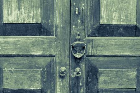 Gesloten oude houten deur van het antieke huis.