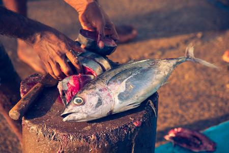 Snijden van de vis op de traditionele vismarkt Stockfoto