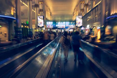 Internationale luchthaven met onbekende mensen