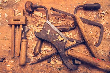 Oude snijmachines op een houten tafel. werkplaats Stockfoto
