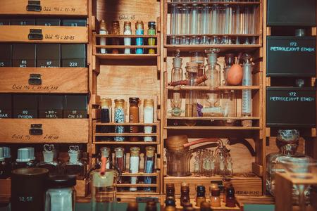Vintage glazen flessen, kleine mini-labbel, close-up