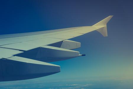 Uitzicht vanaf het raam van een vliegtuig dat vliegt