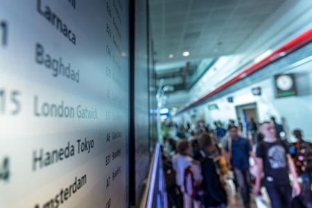 Mensen op het vliegveld met rooster, ongericht effect
