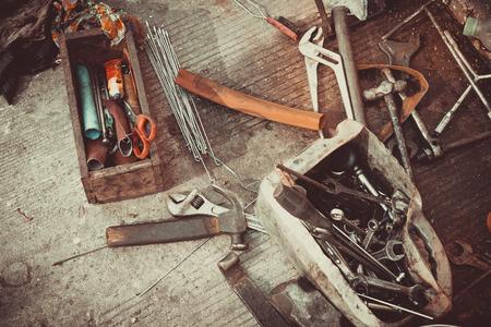 Een gereedschapskist met verschillende instrumenten.
