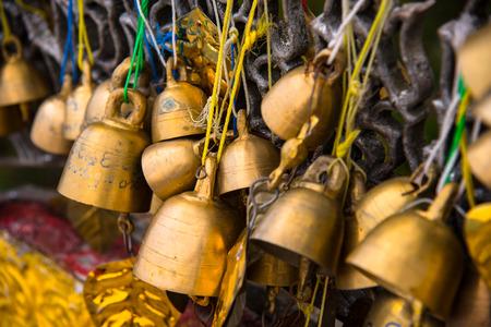 Vele gouden boeddhistische klokken.