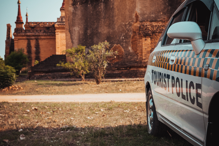 Toeristenpolitieauto op Bagan-gebied