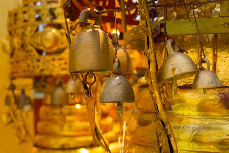 Oude gouden bel in boeddhistische tempel.