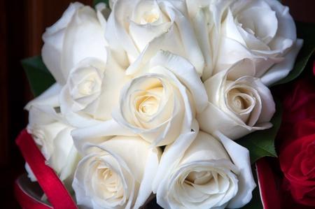bruidsboeket: Witte rozen in een bruids boeket