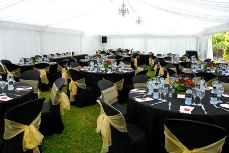 Hochzeits-Festzelt mit Schwarz und Gold
