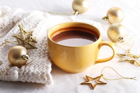 chocolate caliente: bebida de chocolate caliente con celebraci�n decoraciones en el fondo blanco