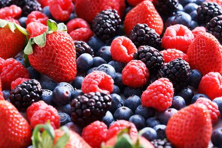 Erdbeeren, Heidelbeeren, Himbeeren und schwarzen Beeren. frischen Beeren auf weißem Hintergrund Standard-Bild - 56080777