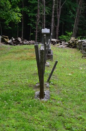 Oude grafstenen in een begraafplaats Stockfoto - 25887460