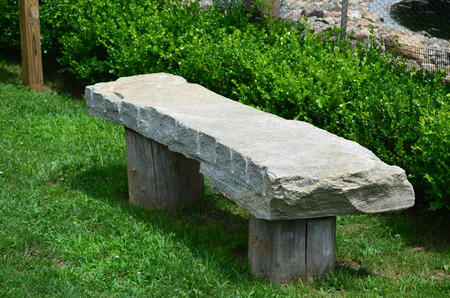 Stenen bankje in een park