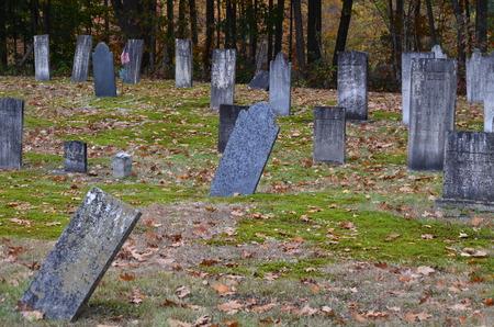 Ernstige stenen in een oude begraafplaats