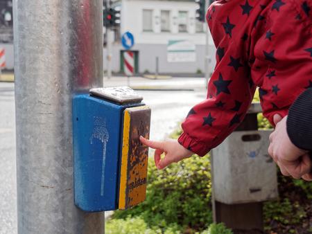 semaforo peatonal: Un ni�o es instruido c�mo cruzar una luz de peatones con seguridad.