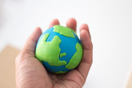 pâte à modeler globe dans la main. Banque d'images