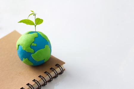 Sadzenie drzewa w zielonej kuli ziemskiej, ochrona środowiska, społeczna odpowiedzialność biznesu