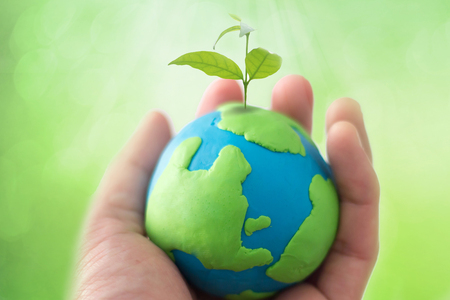 globe terrestre à portée de main avec le concept plante, safe the world, abréviation RSE ou responsabilité sociale Banque d'images