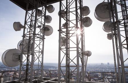 도시에서 많은 위성 접시와 통신 타워 스톡 콘텐츠