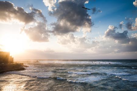 텔 아비브 해변에서 하버 Yafo 근처 파도 함께 지중해 바다 위로 조류와 극적인 흐린 하늘 스톡 콘텐츠