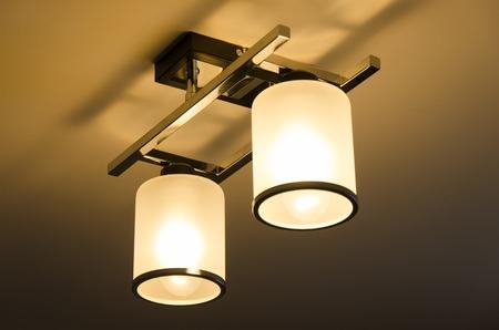 Een Verlichting lamp met lampen in huis
