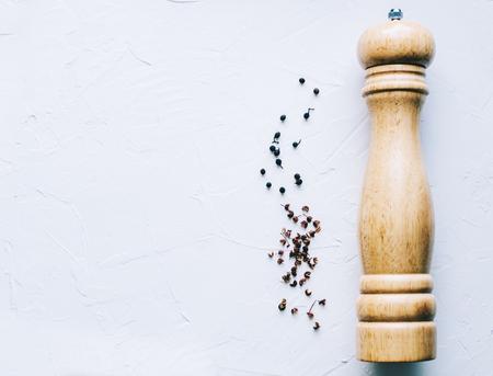 Hölzerne Pfeffermühle auf Küchentisch