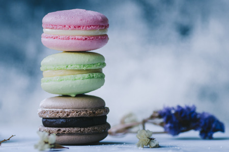 Colorful macarons on gray marble background. Pastel colors Stockfoto - 117215328