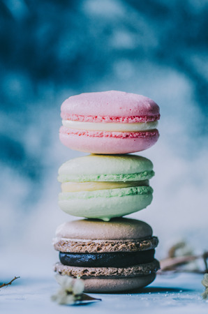 Colorful macarons on gray marble background. Pastel colors Stockfoto - 117215329