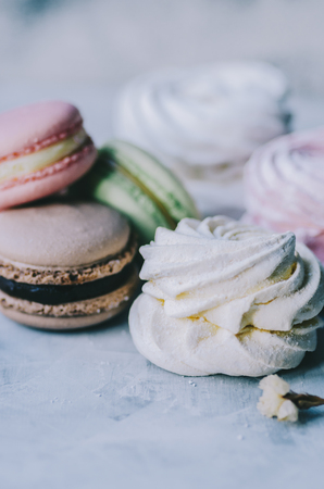 Colorful macarons on gray marble background. Pastel colors Stockfoto - 117215333