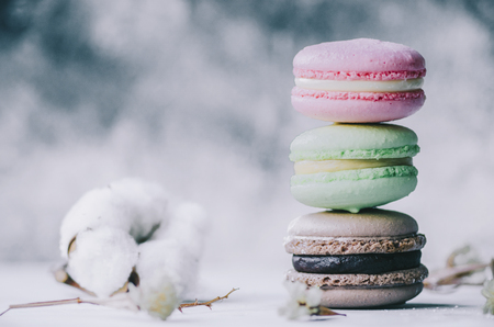 Colorful macarons on gray marble background. Pastel colors Stockfoto - 117215342