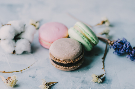 Colorful macarons on gray marble background. Pastel colors Stockfoto - 117215356