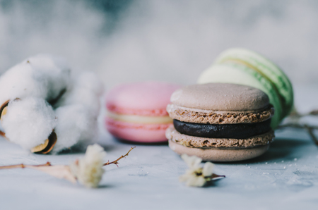 Colorful macarons on gray marble background. Pastel colors Stockfoto - 117215401