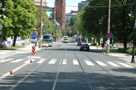 semaforo peatonal: Poznan, Polonia - 13 de julio 2014: La gente no identificada y el tráfico en la calle Fredry en Poznan, Polonia