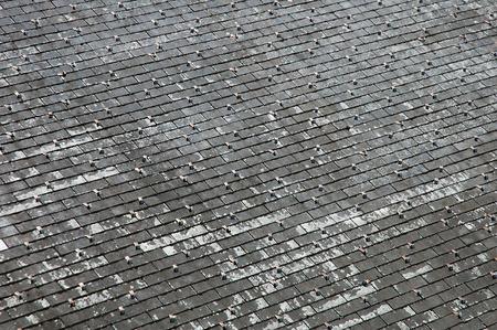 shingles: Antiguo techo cubierto de tejas
