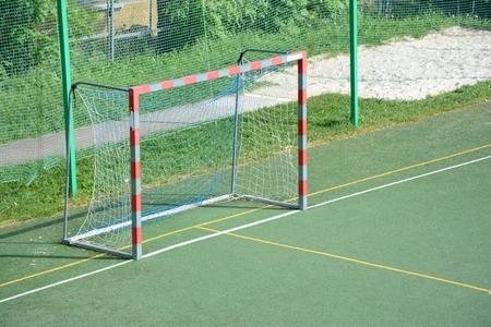 terrain de handball: Gate vide terrain de football petite �cole Banque d'images