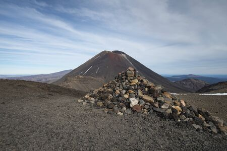 View of Mount Ngauruhoe with a pile of rocks in the foreground on the Tongariro Alpine Crossing Imagens - 149893537