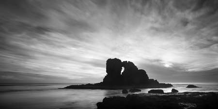 Black and white image of Keyhole rocks at Anawhata beach, Waitakere, Auckland Imagens