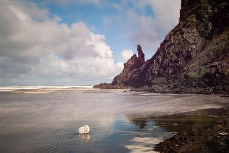 Rubbish litter dumped on the Piha beach, Waitakere, Auckland Imagens