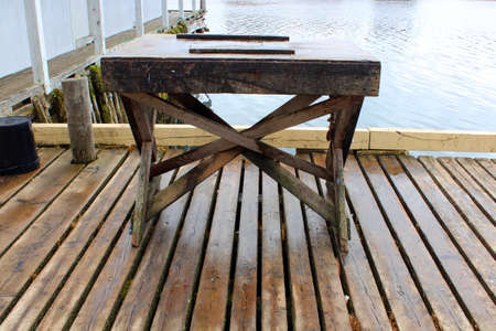 Splitting table on a wharf