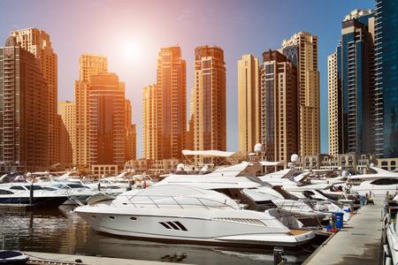 Baie de mer avec yachts au coucher du soleil à Dubaï Marina