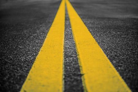 Asfalt snelweg met gele markeringen lijnen op de weg achtergrond Stockfoto