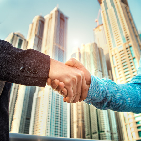 dando la mano: Apretón de manos del asunto sobre skyscapers