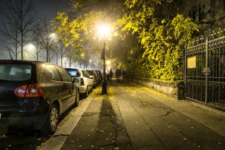 akademik: BUDAPEST - 10 listopada: Chodnik Droga na nocy w akademiku w Budapeszcie