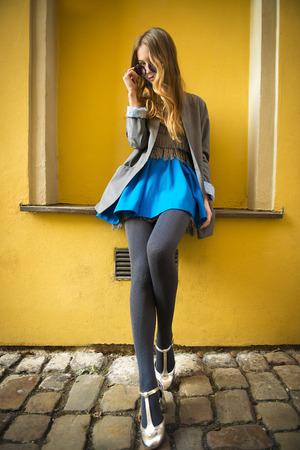 黄色の壁の近くのカラフルなファッション女性の肖像画 写真素材 - 38034738