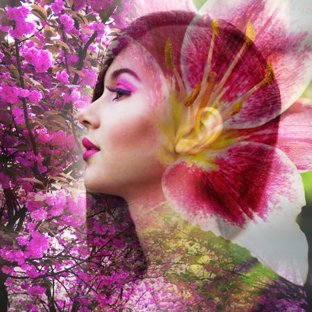 rubia: Mujer rubia hermosa con maquillaje rosado con flores. Exposición doble.